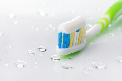 Zgârieturi pe ochelari îndepărtate cu pastă de dinți