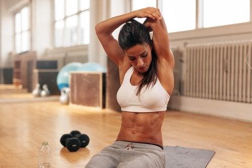 Femeie care practică exerciții pentru tonifierea brațelor