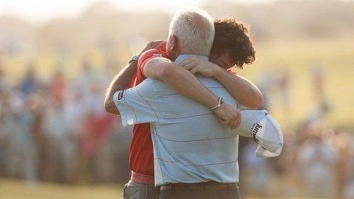 Beneficii uimitoare ale îmbrățișărilor în relațiile cu cei din jur