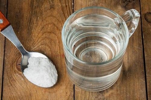 Îndepărtarea petelor de transpirație cu bicarbonat de sodiu