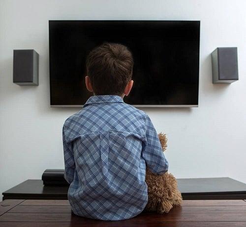 Motivarea unui copil leneș care se uită mult timp la televizor