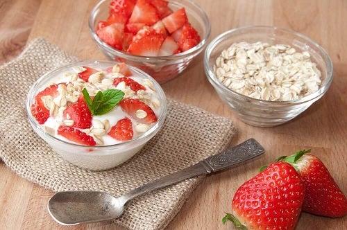 Opțiuni pentru micul dejun precum fulgi de ovăz cu fructe