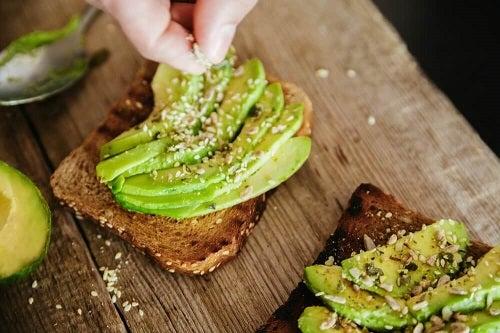 Pâine prăjită cu avocado pentru micul dejun