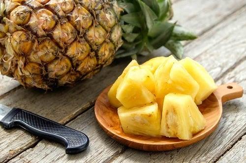 Remedii naturale cu ananas tăiat cubulețe