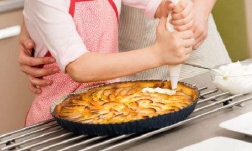 Rețetă de tartă cu mere preparată cu unt și biscuiți