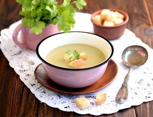 Tratează simptomele menopauzei cu o supă de legume și maca