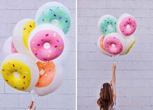 Decorațiuni cu baloane pictate cu gogoși