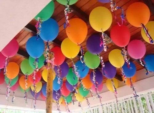 Decorațiuni cu baloane pe tavan