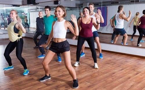 Clasă de aerobic în sala de sport