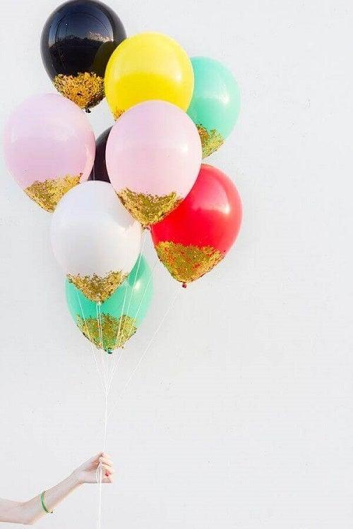 Decorațiuni cu baloane cu slipici auriu