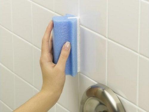 Depunerile de săpun din baie eliminate cu apă oxigenată