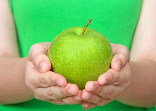 Descoperă dieta cu măr verde pentru detoxifiere