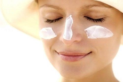 Modalități de a-ți hidrata pielea prin aplicarea de cremă