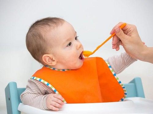 Hrănirea bebelușului cu piure de fructe: beneficii