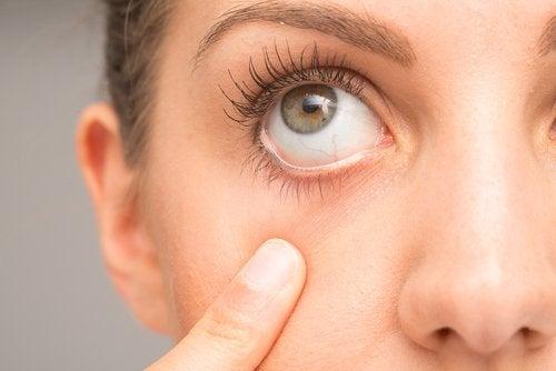 Femeie care execută exerciții pentru sănătatea ochilor