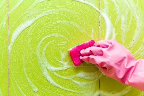 Cum să cureți depunerile de săpun din baie