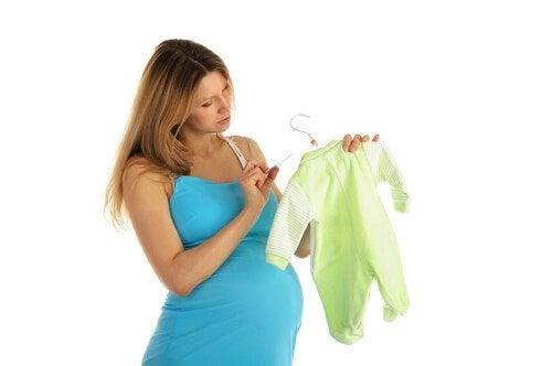 Lucruri necesare în bagajul de maternitate precum hăinuțe pentru copil