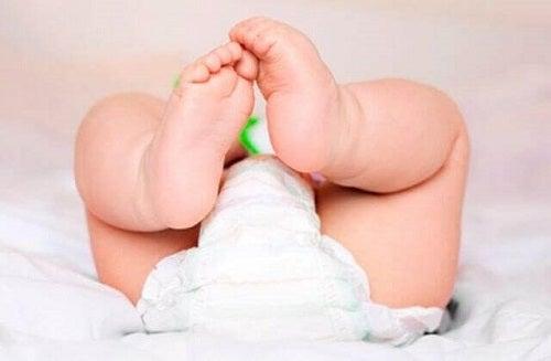 Lucruri necesare în bagajul de maternitate precum scutece pentru bebeluș