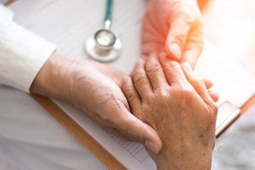 Medic prezentând remedii naturale pentru artrita reumatoidă