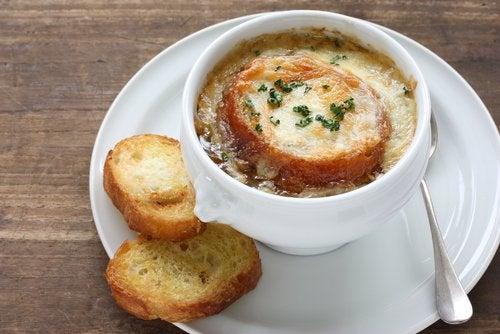 Supă de ceapă și usturoi cu multe beneficii pentru sănătate