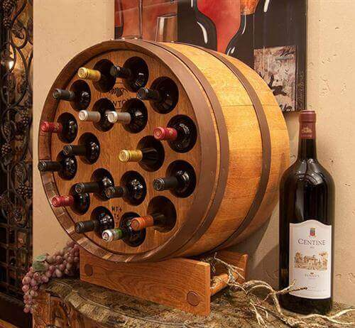 Suport de vinuri din butoi de lemn