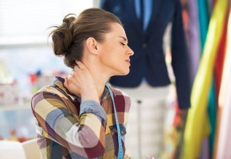 Femeie care are o durere de gât
