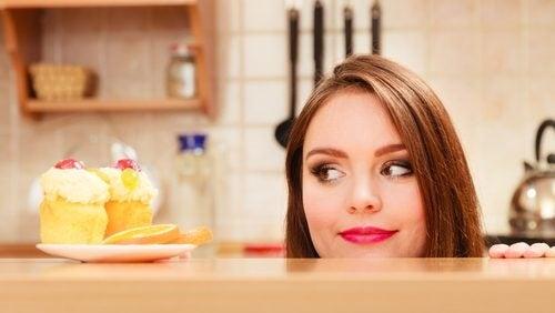 Mâncatul pe fond de stres: 5 trucuri pentru a-l evita