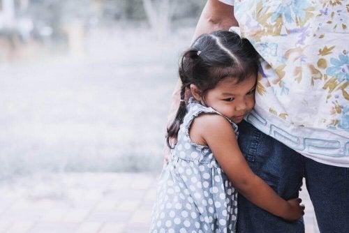 Fetiță tristă în prima zi de școală