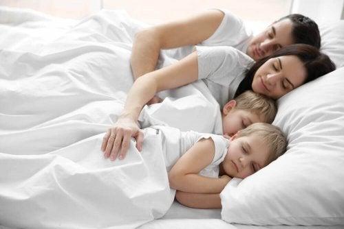 Copiii care dorm cu părinții în același pat