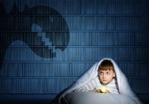 Copil care se teme de monștri