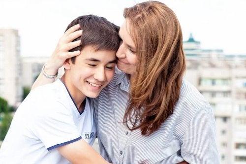 Mamă și fiu îmbrățișându-se