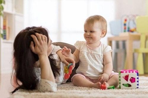 Bebeluș cu mama lui