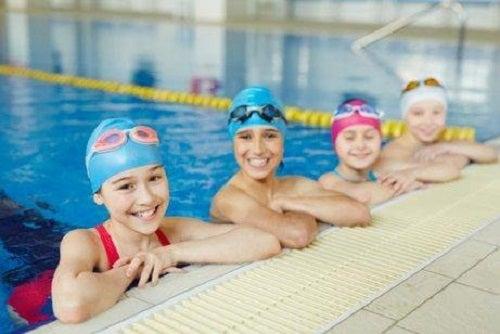 Copii la curs de înot