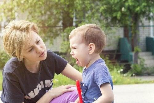 Copil supărat care plânge