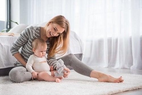 Mamă care știe cum îți înveți copilul să stea în picioare