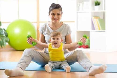 Cum îți înveți copilul să stea în picioare