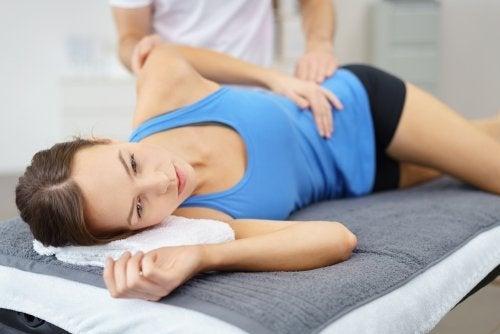 Femeie care are o durere de șold