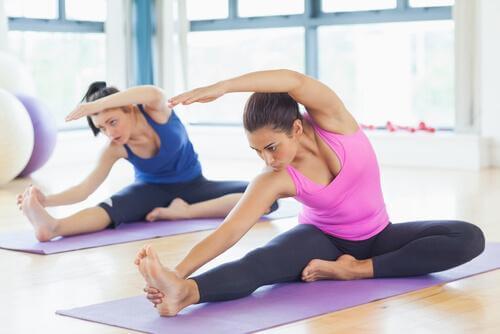 Femeie care execută exerciții de întindere