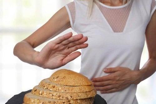 Femeie care nu mănâncă pâine cu gluten