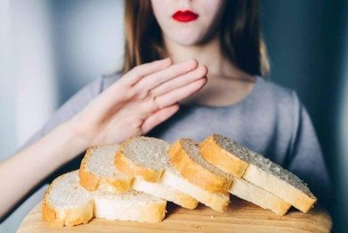 Femeie care respinge produsele fără gluten