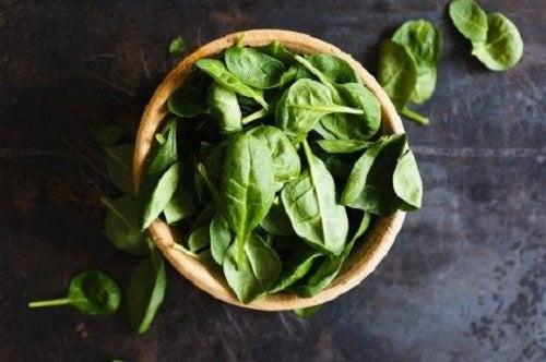 Alimente pentru sănătatea ochilor cu frunze verzi