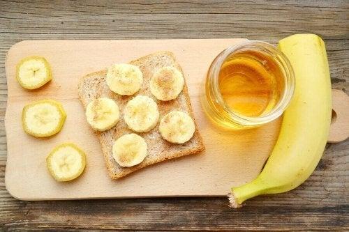 Banană cu miere pe pâine