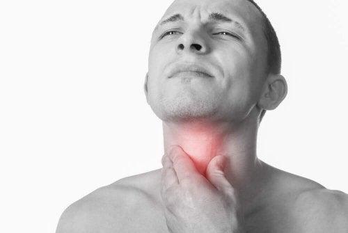 Bărbat cu o infecție în gât