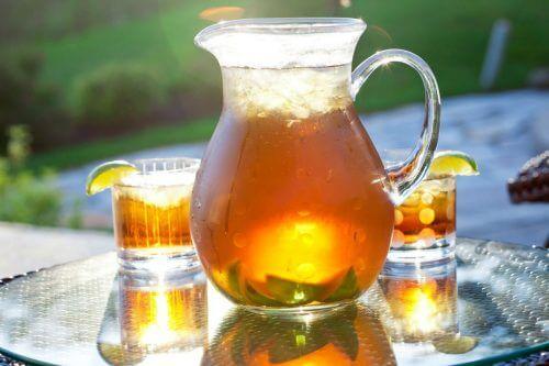Ceai rece în carafă
