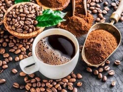 Ceașcă și boabe de cafea