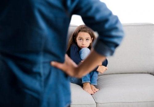 Copil certat pentru note proaste