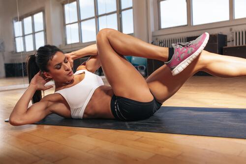 Exerciții pentru abdomen efectuate în sală