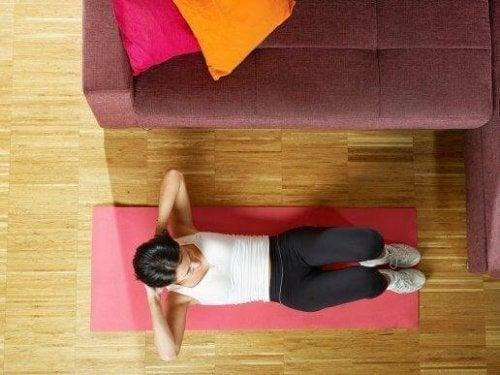 5 exerciții pentru abdomen simple și eficiente