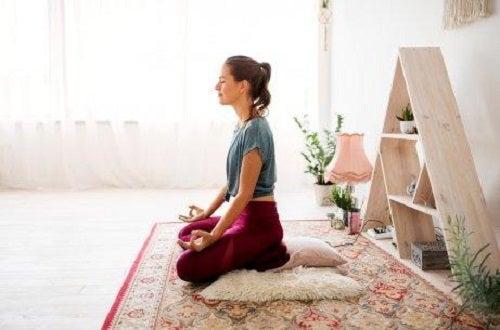 Femere care meditează ca să scape de stres