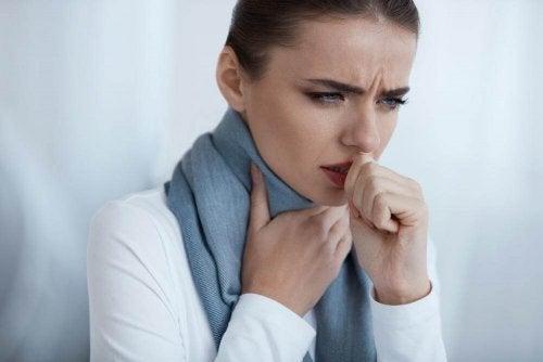 Femeie care are nevoie de remedii pentru infecția gâtului